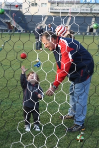 One of the youngest U fans added ornaments to the goal before the goal-lighting ceremony on the pitch.
